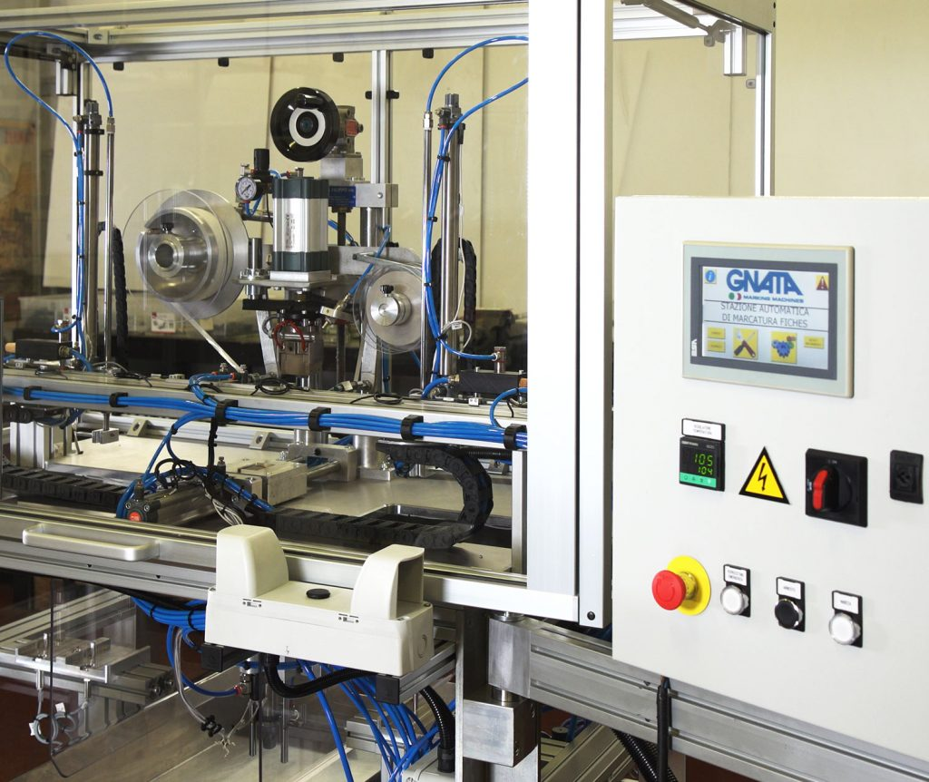 Pneumatic hot marking machine with colored tape, complete with special automation for loading, drilling, marking and automatic discharge. The machine is able to work independently on an unmanned automatic cycle.